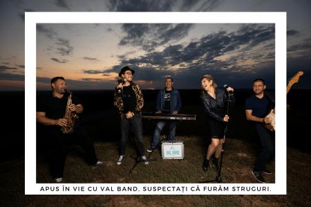 Vicențiu Demeter este unul dintre membri fondatori ai VAL Band, aici la un shooting în vie